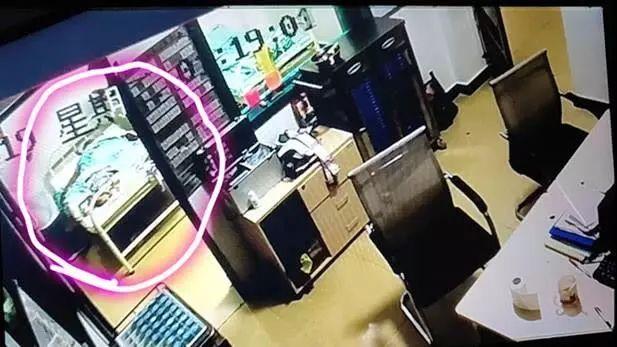 监控显示郭金荣入院被捆绑在病床上