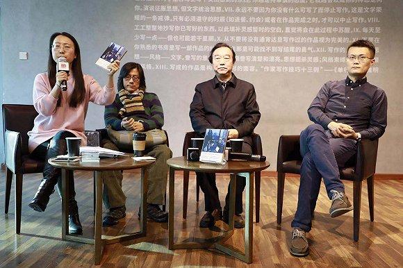 运动现场,刘柠(左二)、杨河清(左三)与李松蔚(左四)