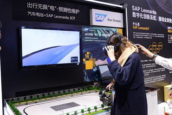 图为第四届世界互联网大会·互联网之光博览会现场,观展者体验VR设备。摄影:张启川