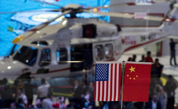 2018年11月6日,上海,首届中国国际进口博览会第二天,场馆内的中美国旗。视觉中国 原料