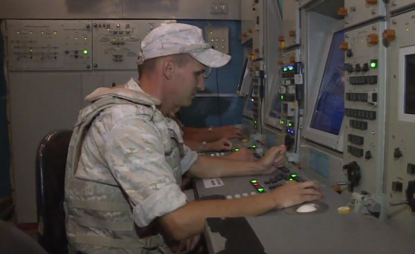 赫梅米姆空军基地内正在工作的俄军防空部队官兵。(视频截图)