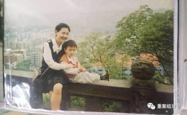 """1996年,朱晓娟与刚找回来的""""盼盼""""合影。图/受访者供图"""