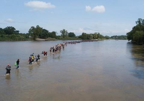大批移民渡河进入墨西哥境内,准备前往美墨边境。(图源:美联社)