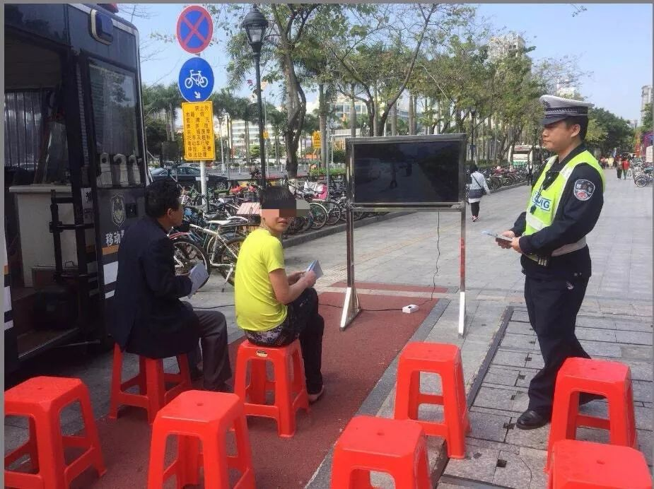 交警供图:正在接受交通安全教育的违规者
