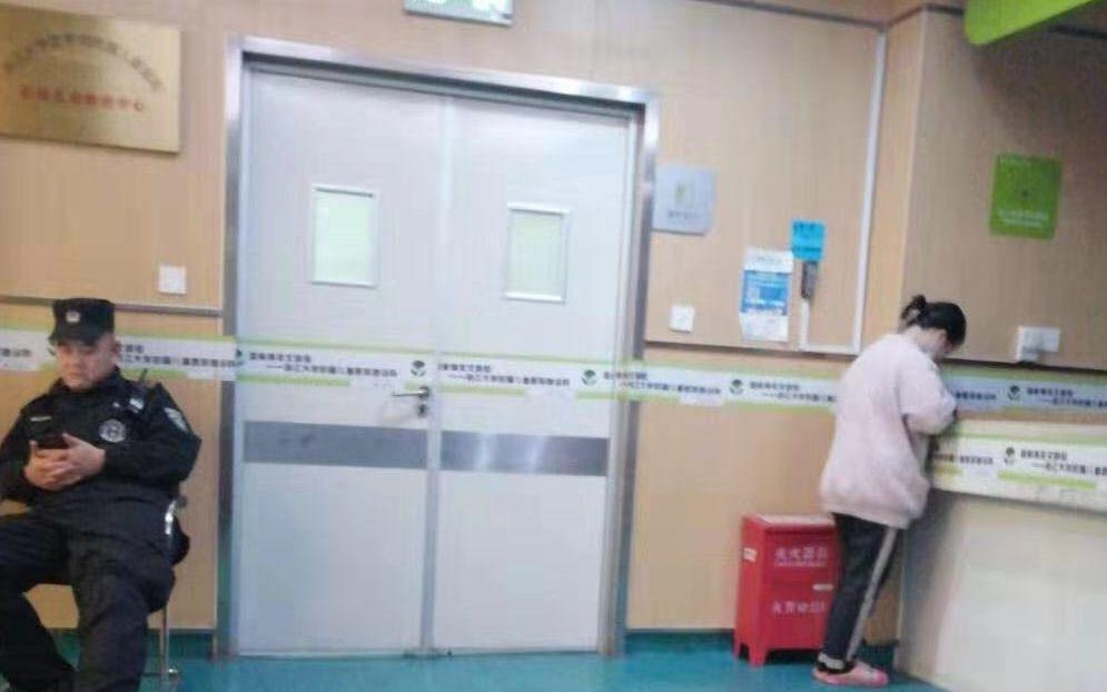 浙江省儿童医院重症监护室门口。 受访者供图