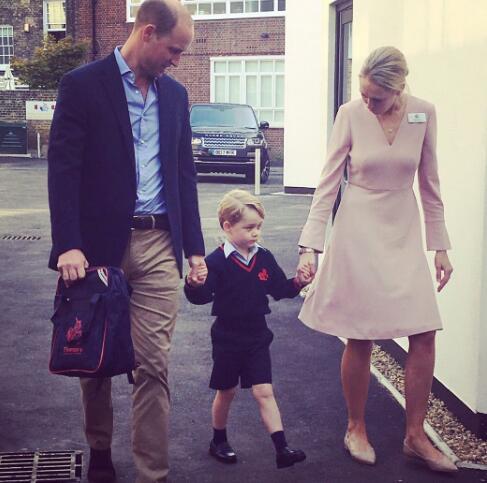 2017年,乔治在父亲和老师的陪同下一起走进学校。(图源:CNN)