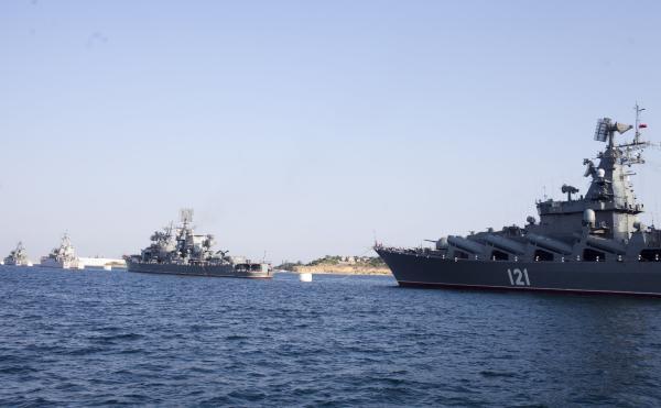 """俄罗斯暗海舰队。旗舰""""莫斯科""""号巡洋舰是该舰队排水量最大的战舰。"""