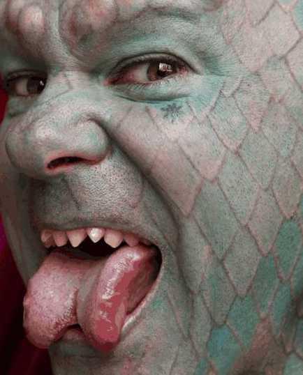蜥蜴人之谜_美国一男子自称是蜥蜴人,于是全身纹满鳞片,最后连舌头也不放过