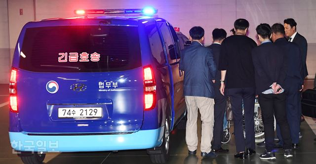 9月16日,樸槿惠從押送車走下,準備進醫院做手術。(《韓國日報》)