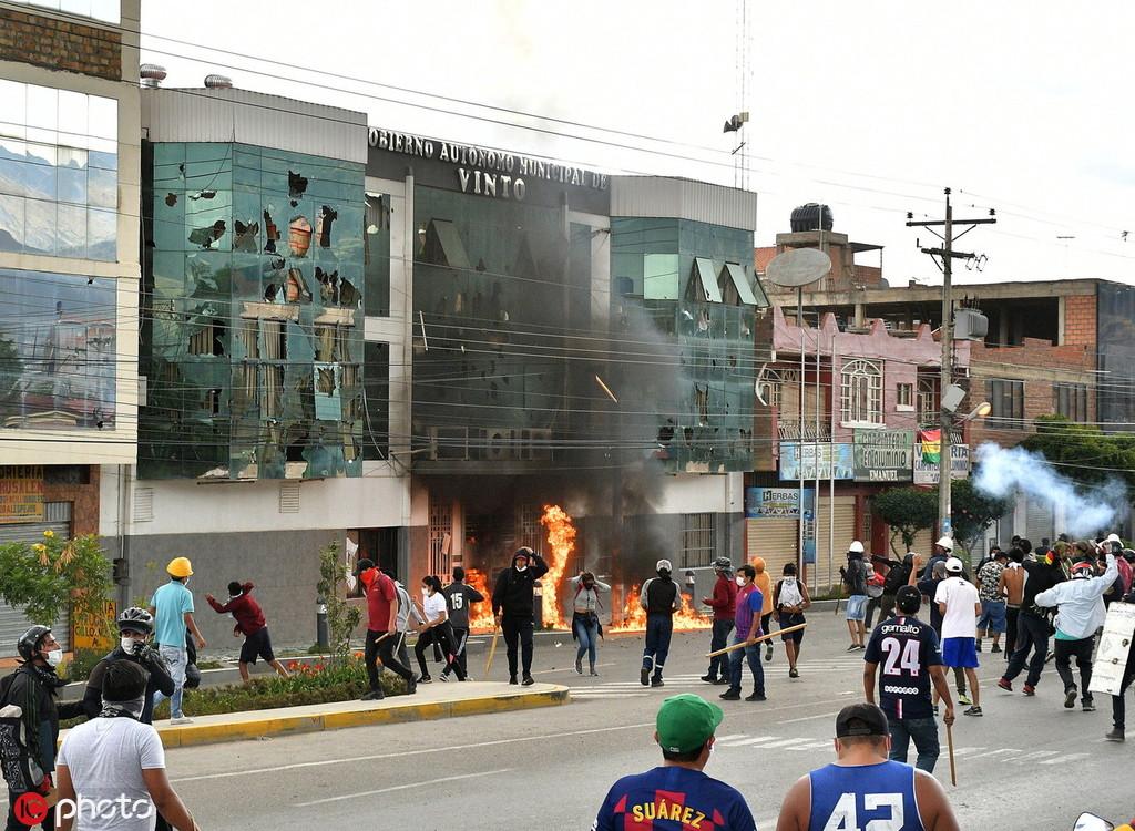 11月6日,反政府示威者在宾托市政厅纵火 图自IC photo