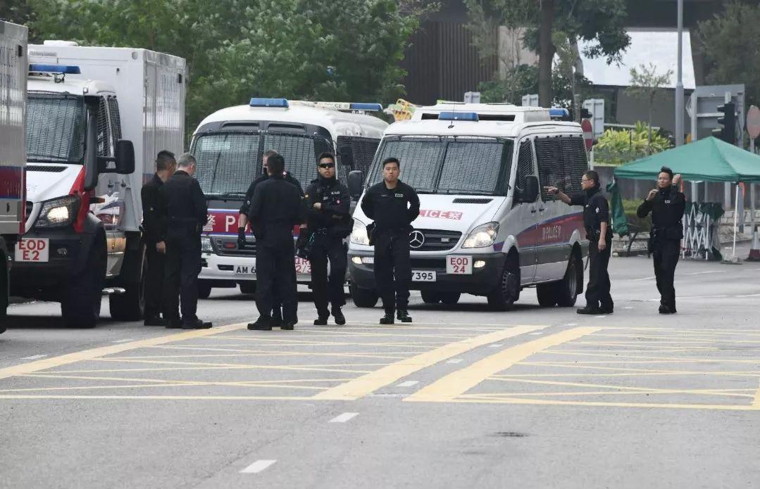 香港警方在理大附近候命。�D源:香港《星�u日�蟆�