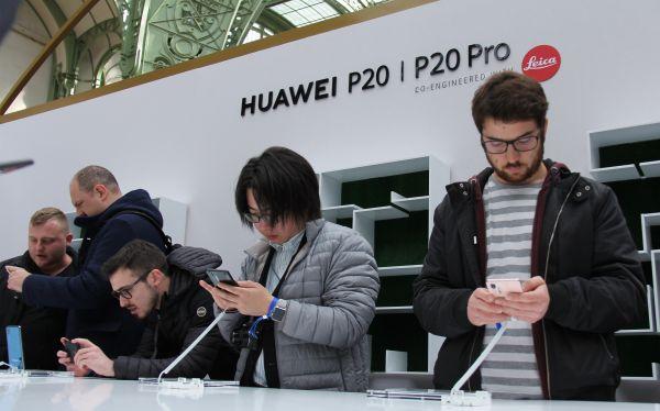 原料图片:今年3月,华为在巴黎发布P20系列手机。(新华社)