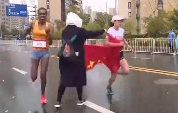 2018年苏州(太湖)马拉松现场自愿者拦路递国旗 视频截图