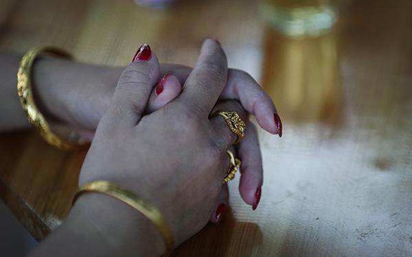 黄家光和杜文刚结婚时,杜文手上的金戒指和金手镯,引来不少对这桩婚姻的推想和谣言。 视觉中国 原料图