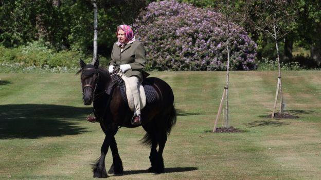 英国女王伊丽莎白二世骑马照片。图片来自英国王室官方推特