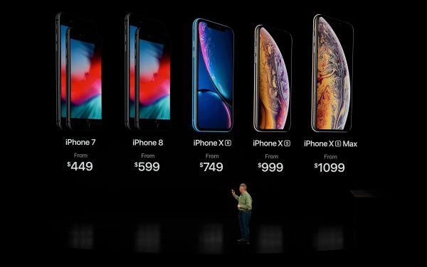 顾客在美国纽约一家苹果专卖店选购商品。