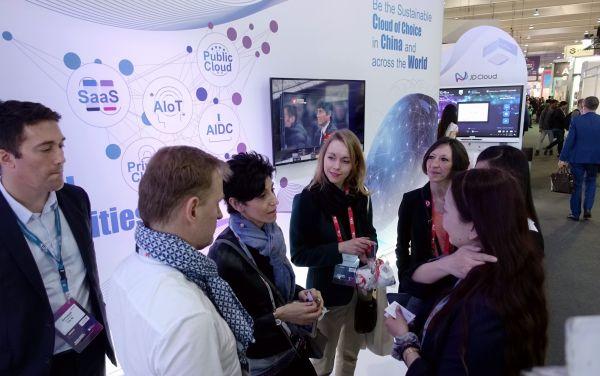2月26日,法国企业家代表团在世界移动通信大会的京东云展台洽谈合作。(郭求达 摄)