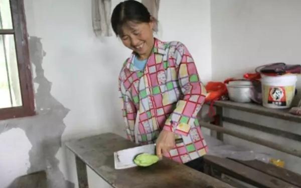 中午杜秀兰给学生切菜做饭。受访者供图