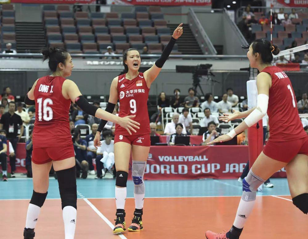 ↑9月29日,中国队球员张常宁(中)在比赛中庆祝得分。新华社记者贺灿铃摄