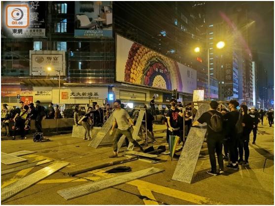 港媒:暴徒在旺角警署外堵路�S汽