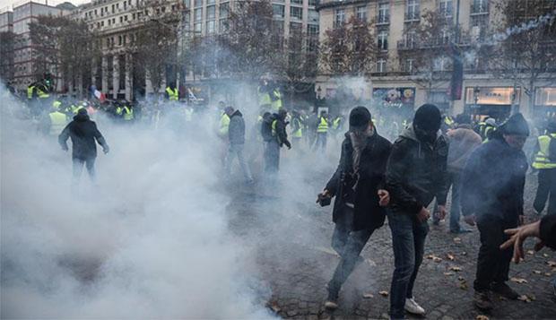 抗议者与法国警方爆发冲突 图自CNN