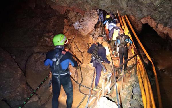 当地时间2018年7月7日,泰国清莱,泰国清莱府12名少年足球队成员及1名教练仍被困洞穴,工作人员展开救援。 视觉中国 图