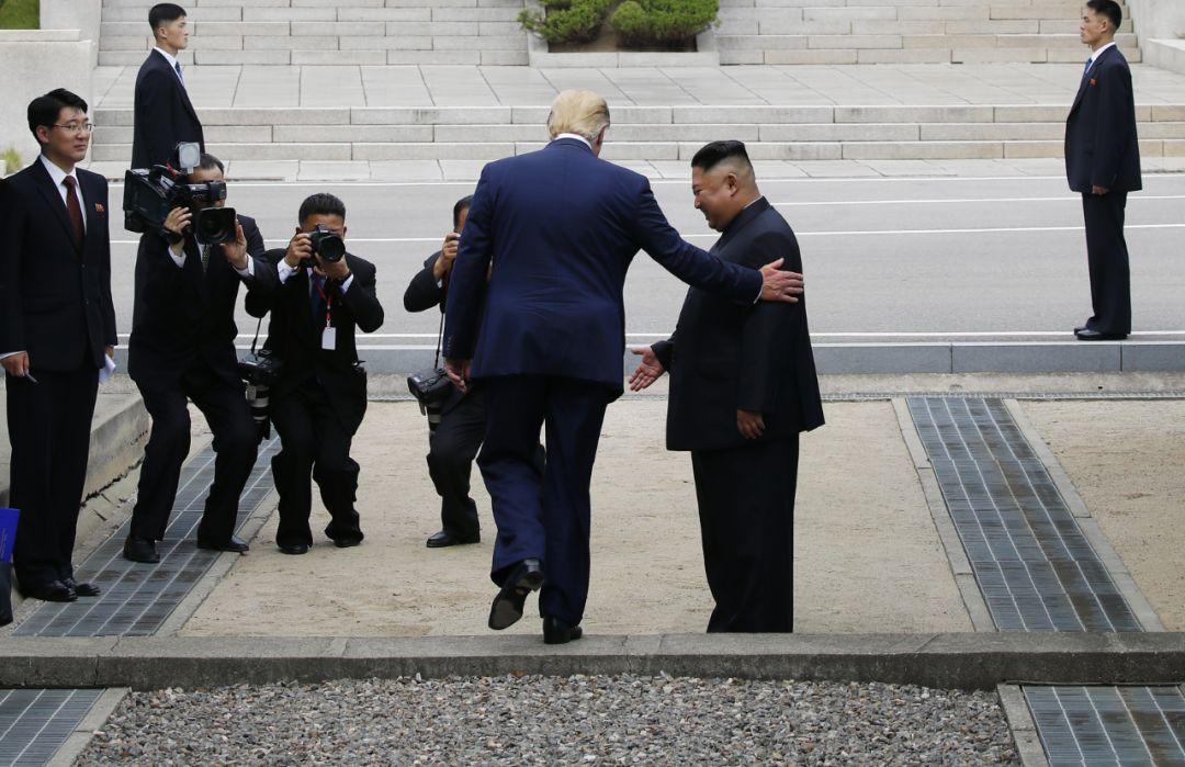 6月30日,美国总统特朗普在板门店与朝鲜最高领导人金正恩握手会面后,跨越军事分界线来到朝方一侧。(新华社/纽西斯通讯社)