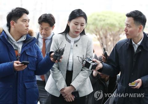 尹智吾接受检方调查前,被记者追问。(韩联社)