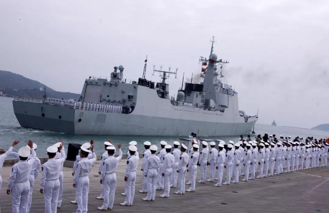 ▲2008年12月26日下昼,海军官兵在三亚军港向出征军舰挥手送走。(新华社)