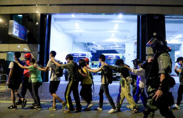 """暴徒排队""""自首"""",离开香港理工大学(来源:路透社)"""