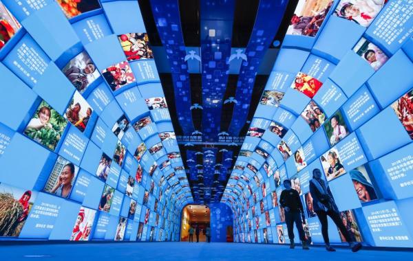 """11月14日,不悦目多在""""远大的变革——祝贺改革盛开40周年大型展览""""上参不悦目""""大美中国""""影像长廊。 新华社 图"""