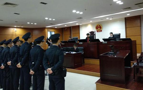 陈某龙等5人接受审判。苏州中院供图
