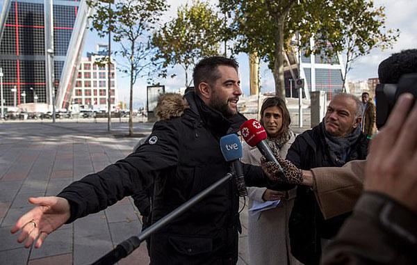 Dani Mateo面对记者时否认他有侮辱国家象征的行为 图自 每日邮报