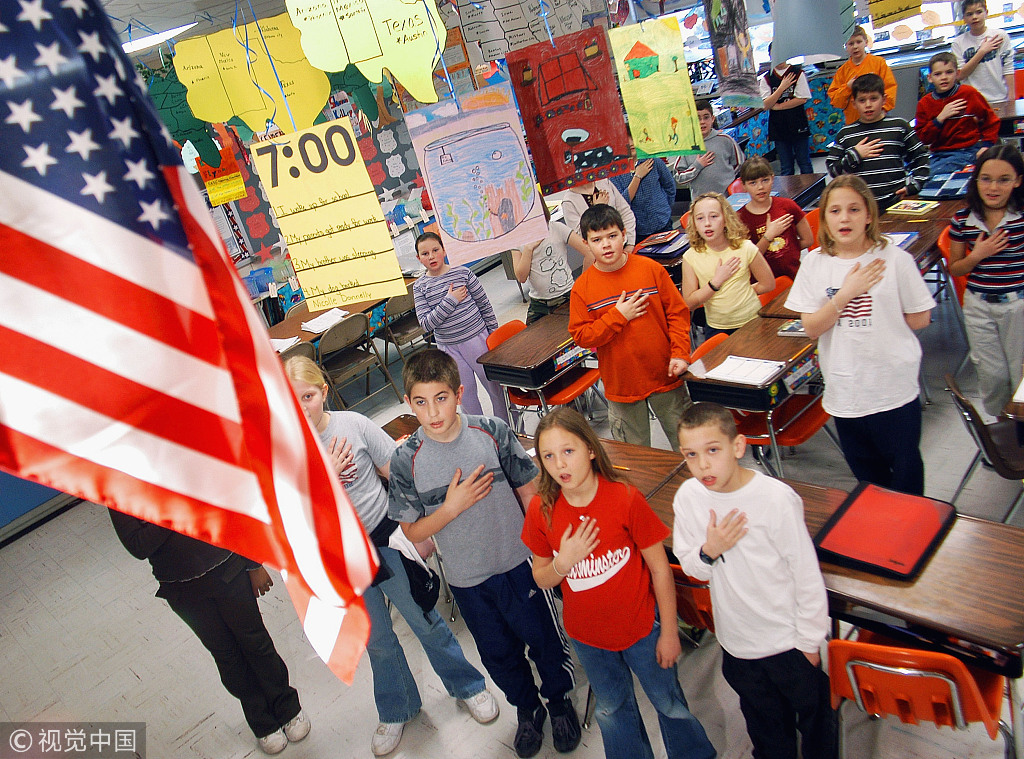 资料图:美国州宾小学生向国旗宣誓效忠。(图:视觉中国)