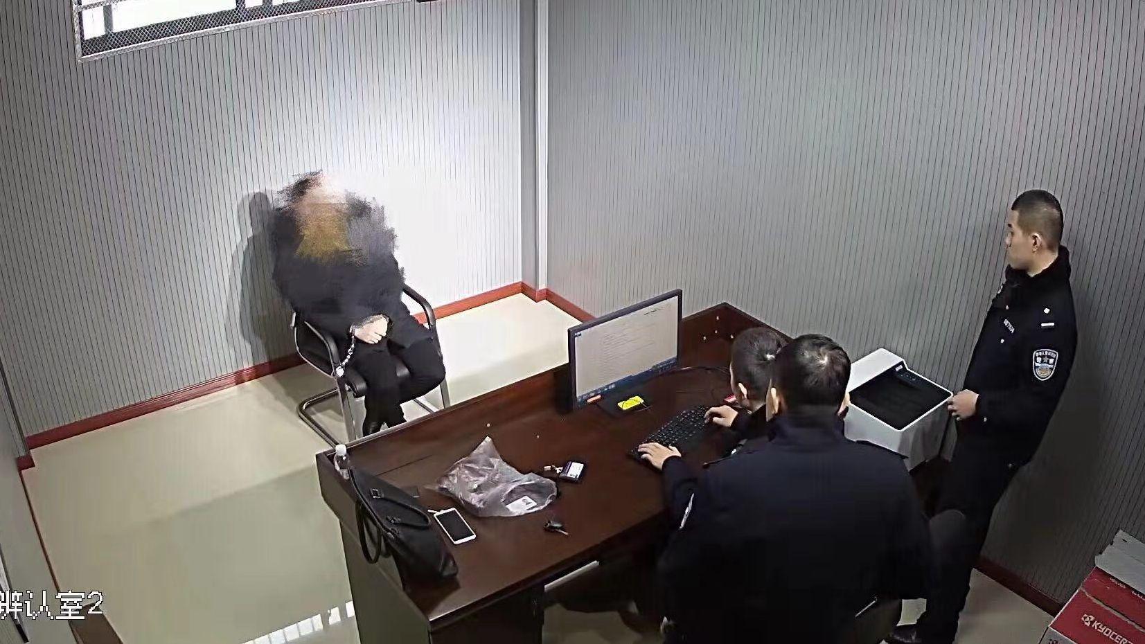 在逃男子花光钱后滞留火车站 向警方求助时被控制