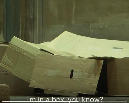 """""""吾睡在盒子里"""" 本文均为Channel 4视频截图"""