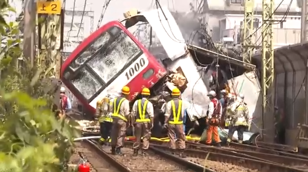 日本神奈川电车与货车相撞 30人受伤