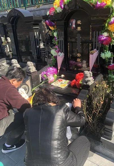 墓碑前,林丽父母跪在地上痛哭。(为尊重逝者,姓名及照片进行处理) 苏伟/摄