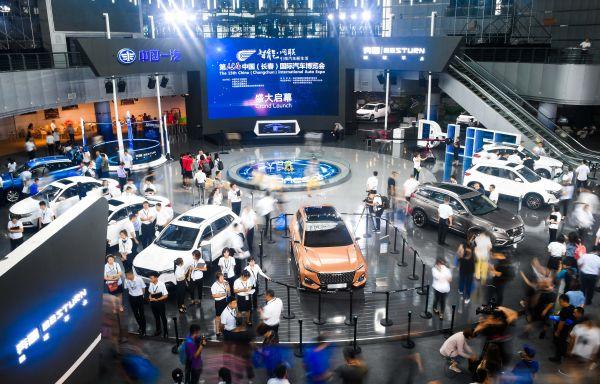 資料圖片:2018中國(長春)國際汽車博覽會,參觀者在展館內觀看展出的車輛。(新華社)