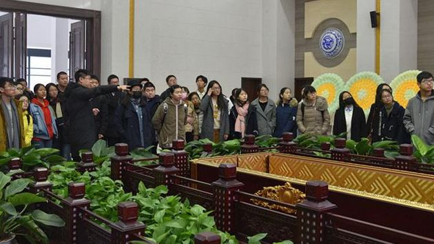 王云岭带学生参观殡仪馆。受访者供图