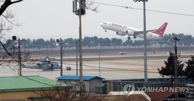 资料图:一架民航客机从群山机场起飞(韩联社)