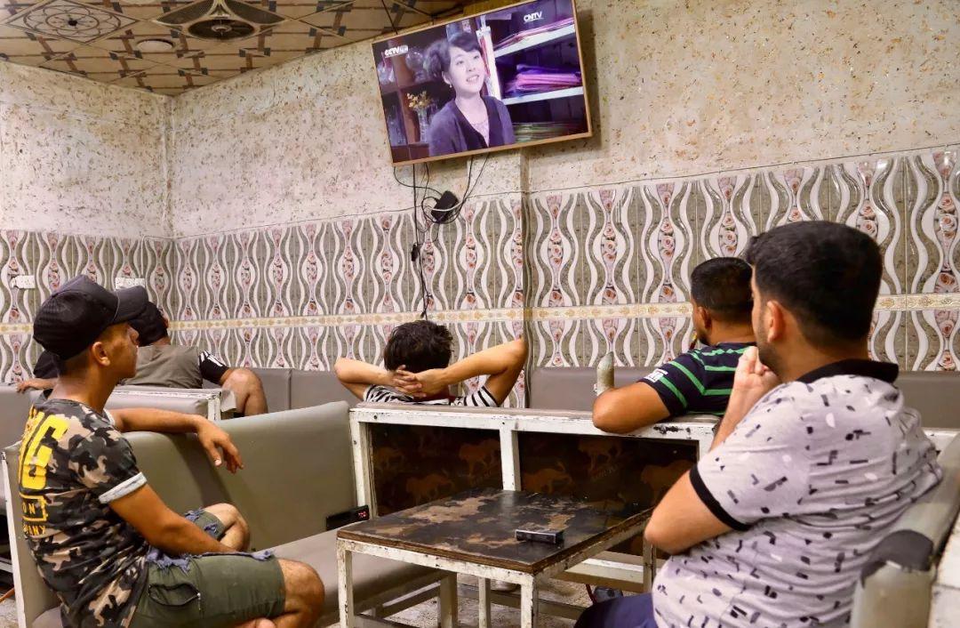 在巴格达一家咖啡馆,人们正在收看电视剧《媳妇的美好时代》。新华社记者白平摄
