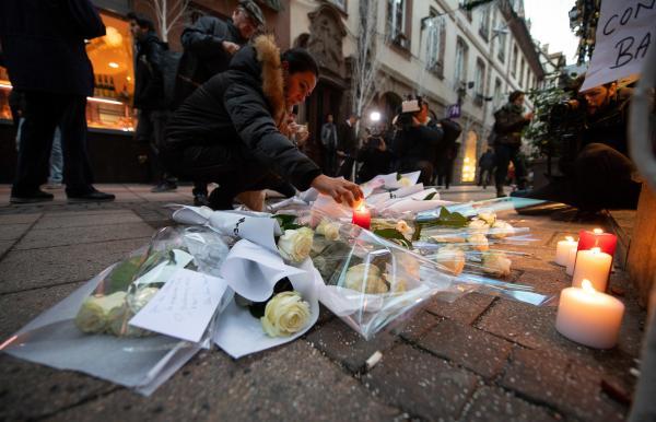 当地时间2018年12月12日,法国斯特拉斯堡,民多点燃蜡烛,悼念圣诞集市枪击案遇难者。 东方IC 图