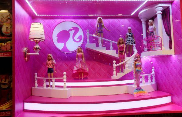 英国玩具店品牌Hamleys哈姆雷斯北京王府井旗舰店开业,图为芭比娃娃玩具。(视觉中国)