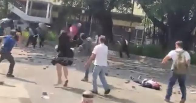 市民与黑衣人对峙,男子被硬物砸中(明报)