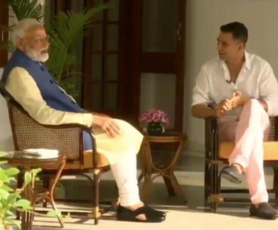 印度总理莫迪和宝莱坞影星阿克谢·库玛尔(视频截图)
