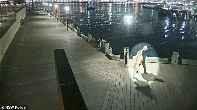 一对夫妇途经码头,很有可能见过死者。(图:《每日邮报》取自警方)