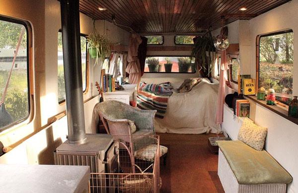 享受生活!模特一家厌倦租房生活改造船屋运河上居住,还能外出旅行