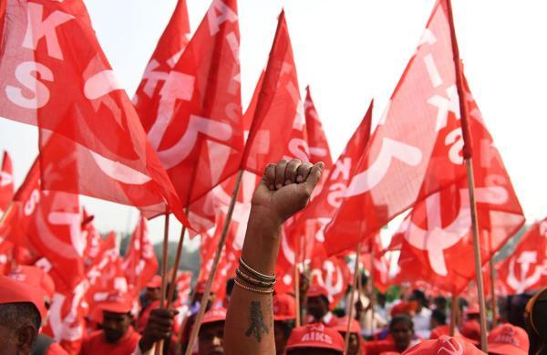 当地时间2018年11月29日,印度新德里,印度各地农民荟萃在新德里参添示威游走,呼吁印度议会议定声援农民的立法。 视觉中国 图