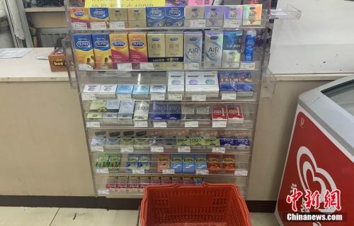 超市内出售的各类避孕套 杨雨奇 摄 图文无关